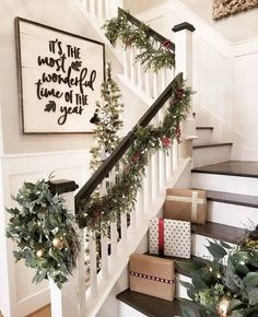 festive christmas staircase decor ideas 27 Artificial fir tree as Christmas decoration? A synthetic Christmas Tree or a real one? Lovers of art Christmas Staircase Decor, Decoration Christmas, Farmhouse Christmas Decor, Rustic Christmas, Holiday Decorations, Staircase Decoration, Decorating Staircase, Apartment Christmas Decorations, Christmas Fireplace