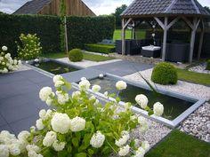 Mooie tuinindeling. De vijvers worden alleen vervangen door bakken van stapelblokken en 2 leibomen