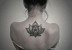flor de lotoLa flor de loto simboliza la pureza del cuerpo y del alma. Esta flor crece en aguas pantanosas, lo que se asocia con el apego y los deseos carnales, y la flor representa la pureza y elevación espiritual. - See more at: http://culturacolectiva.com/15-tatuajes-con-disenos-que-te-haran-llevar-el-misticismo-contigo/#sthash.YBVAYDic.dpuf