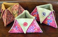 Sewing Fabric Storage Triangular Thread Catcher Tutorial - so cute I pinned it twice, in Buttonmania and Sew Fun! An insanely simple project and a great way to use unique buttons. Sewing Hacks, Sewing Tutorials, Sewing Crafts, Sewing Projects, Bag Tutorials, Sewing Tips, Fabric Boxes, Fabric Scraps, Fabric Storage