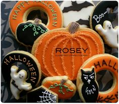 Awesome Halloween cookies made by talented sugar artist Yukiko of Rosey Confectionery Sugar Art, Tokyo, Japan. Halloween Desserts, Halloween Cookies Decorated, Halloween Party Treats, Halloween Sugar Cookies, Halloween Fun, Decorated Cookies, Halloween Season, Halloween Clothes, Costume Halloween