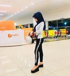 Tak penting la siapa kita dahulu. Yang penting siapa kita sekarang. Yang sentiasa berusaha untuk menjadi lebih baik. Iyalah siapa yg tak pernah buat silap kan 🤗 . Beautiful Muslim Women, Beautiful Hijab, Myanmar Women, Platform Flip Flops, Sexy Legs And Heels, Mega Man, Undercover, Hijab Fashion, Wedge Heels