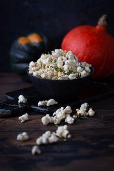 Gesund und lecker knabbern kannst du mit diesem würzigen Kräuter-Popcorn mit NOAN Kräuter-Olivenöl. Hol' dir das Rezept jetzt auf dem Blog und ab zum Film-Abend aufs Sofa! Halloween Party Snacks, Snacks Für Party, Happy Halloween, Short Curly Styles, Popcorn, Last Minute, Sofa, Film, Design
