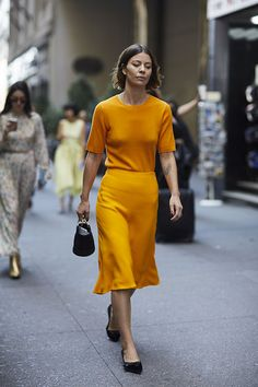 The Best Street Style from New York Fashion Week Street Style Spring 2018 Day 5 Cont. Printemps Street Style, New York Fashion Week Street Style, Street Style Blog, Spring Street Style, New York Street, Cool Street Fashion, New Yorker Mode, Ny Style, Orange
