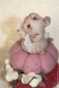 Бусинка - бледно-розовый,игольница,свинка валяние,свинка из шерсти,садовская татьяна