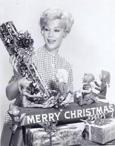I Dream of Jeannie ~ Barbara Eden ~ Christmas in Hollywood Christmas Past, Retro Christmas, Vintage Holiday, Christmas Classics, Christmas Scenes, Christmas Specials, Christmas Girls, Christmas Stars, Celebrating Christmas