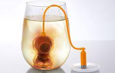 """ディープ・ティー・ダイバー・インフューザー    """"タンク""""のおもりつきなので、どんな深さのカップにも対応できます。"""