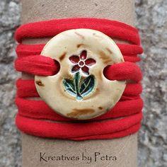 Runde Anhänger auf einem elastischen Baumwollband...von KreativesbyPetra   #keramik #ceramic #armbänder #schmuck #jewellery #mädchen #girls #burschen #jungen #Boys #ton #plattentechnik #Glasur #glasurbrand #botz #Unikat #Kunsthandwerk #handmade #handarbeit #Handwerk #geschenk #present #blume #flower Petra, Girls, Round Pendant, Flower, Arts And Crafts, Boys, Clay, Toddler Girls, Daughters