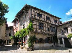 Pérouges (Photo Jean-Marc Guillaume) : le village classé parmi les plus beaux villages de France a conservé ses remparts médiévaux. Se dress...