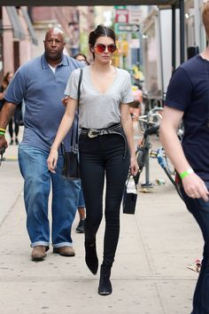 Kendall Jenner en jean Blank, ceinture B-Low, sac Céline et bottines Saint Laurent par Hedi Slimane à New York en septembre 2015
