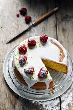 Gâteau au yaourt au citron vert et aux framboises