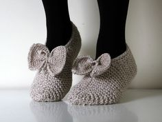 Cutest slippers ever! Hand knitted in grey, with wonderful bows. High quality hand knit slippers made of wool which is very important for your feet Cute Slippers, Knitted Slippers, Soft Slippers, Knitted Booties, Slipper Socks, Knitting Socks, Hand Knitting, Knitting Patterns, Crochet Shoes