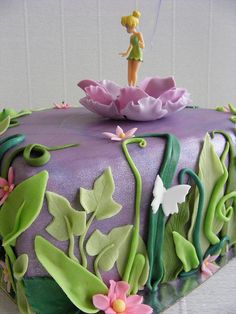 Oh I know 2 little girls that would just LOVE this Tinkerbell cake!