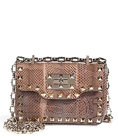 Decorated with covetable gilded Rockstud hardware, this snakeskin shoulder bag from Valentino features a chunky textural metal chain shoulder strap and pretty tonal nude hue #Stylebop € 1.550