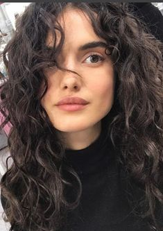 52 highest models in the fashion industry of all time – everything for the best hairstyles – wavy hair naturally Curly Hair Styles, Curly Hair Cuts, Wavy Hair, New Hair, Natural Hair Styles, Curly Hair Fringe, Curly Hair Bangs, Round Face Curly Hair, Curly Hair Model