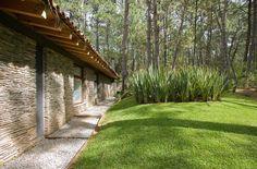 Fachada posterior de casa de campo en piedra laja