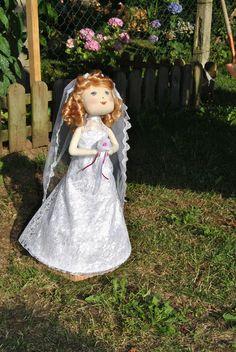 Muñeca en tela de algodon, vestido en raso, encaje y tul, hecho a mano.