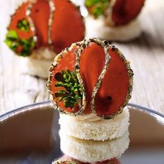 appetizers with bread, cream cheese and spicy salami - recipe in Romanian Party Snacks, Appetizers For Party, Salami Appetizer, Salami Recipes, Romanian Food, Romanian Recipes, Soul Food, Catering, Food To Make