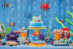 Festa com tema de sereia e mesa inspirada no fundo do mar. Personagens em feltro, docinhos e bolo personalizado. Muito fofo!
