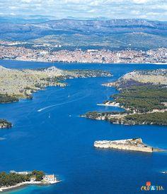 Entrance to Sibenik//Šibenik est une ville et une municipalité de Croatie située en Dalmatie. Elle est le chef-lieu du comitat de Šibenik-Knin. Wikipédia