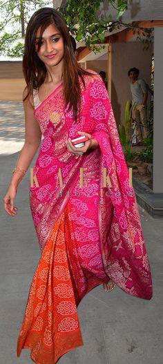 I ❤️ the pink & orange combination in this saree ! Latest Indian Saree, Indian Sarees Online, Sari, Saree Dress, Indian Dresses, Indian Outfits, Bandhini Saree, Simple Sarees, Stylish Sarees
