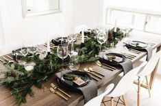 tisch weihnachten gold Modern + classy Christmas tablescape with gold flatware, branches + pinecones