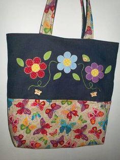 Bolsa em patchwork, jeans e tecido 100% algodão, revestida com manta acrílica, forro, bolso interno e bolso externo com aplicações de flores feitas a mão. Fino acabamento. Fechamento em botão de ímã, medindo 40x 40 cm. Sacs Tote Bags, Diy Tote Bag, Handmade Purses, Handmade Handbags, Patchwork Bags, Quilted Bag, Jean Purses, Purses And Bags, Bag Quilt