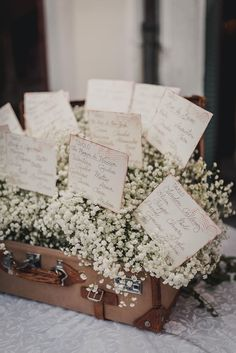 Un matrimonio ispirato ai viaggi a Venezia seating chart in a vintage suitcase filled with gypsophila Vintage Wedding Cake Table, Wedding Table, Diy Wedding, Wedding Favors, Candle Wedding Centerpieces, Reception Decorations, Tableau Marriage, Gypsophila Wedding, Seating Plan Wedding