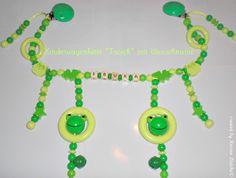 """Kinderwagenkette """"3D-Frosch"""" hellgrün/gelbgrün/lemon aus Holz mit Wunschname, mit 4 Holzringen, 8 Motivperlen und 2 Glöckchen. Ich fertige Ihnen di..."""