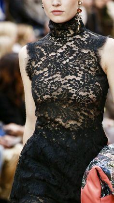 Chanel is never tired of creating little black dress, sometime in lace. Always classy and elegant, it is a perfect outfit for parties. Couture Details, Fashion Details, Love Fashion, Womens Fashion, Fashion Design, Chanel Couture, Mode Chanel, Mode Chic, Chanel Fashion