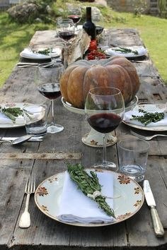 A more rustic type of table décor, also capturing the essence of autumn