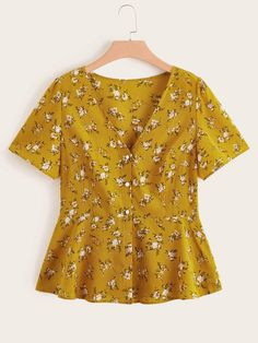 To find out about the Plus Ditsy Floral Blouse at SHEIN, part of our latest Plus Size Blouses ready to shop online today! Simple Outfits For School, Classy Work Outfits, Cute Casual Outfits, Blouse Peplum, Floral Blouse, Plus Size Blouses, Plus Size Tops, Cute Fashion, Fashion Outfits