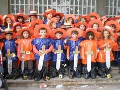 Mosqueters con bolsa azul y naranja de basura para disfraces. |  http://www.multipapel.com/producto-Bolsas-de-basura-de-colores-para-disfraces.htm