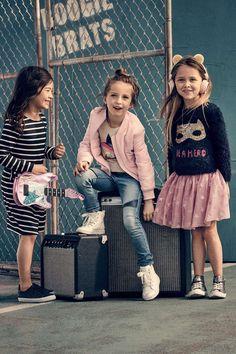 Nieuwe schooloutfits en -kleding voor kids, met bomber jackets, sweatshirts met boothals, jurkjes voor meisjes, schoenen en rugzakken voor kids.
