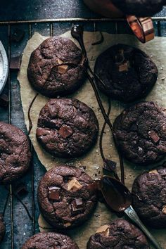 Super Fudgy Chocolate Brownie Cookies These Chocolate Brownie Cookies are a crowd pleaser. Super fudgy, intensely chocolatey, extremely easy to make. Just 10 ingredients and 10 minutes preparation time! With video. Chocolate Brownie Cookie Recipe, Chocolate Brownies, Brownie Recipes, Chocolate Desserts, Chocolate Chip Cookies, Chocolate Chocolate, Healthy Chocolate, Chocolate Truffles, Cheesecake Recipes