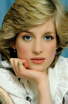 Diana, Princess of Wales most beautiful pictures at DuckDuckGo Lady Diana Spencer, Princess Diana Fashion, Princess Diana Pictures, Princess Diana Ring, Elisabeth Ii, Estilo Real, Diane, Princess Of Wales, Real Beauty