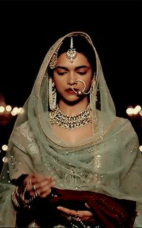 Passa on one side and naath on other for the brides who want to wear both passa and naath on their wedding Pakistani Bridal, Pakistani Dresses, Indian Bridal, Indian Dresses, Indian Outfits, Deepika Ranveer, Deepika Padukone Style, Dipika Padukone, Indian Aesthetic