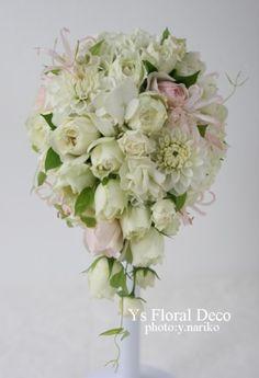 10月にホテルニューオータニさんへお届けしました生花のティアドロップブーケです。様々な種類の白いお花に、薄ピンクを挿し色に。とんがりのある薄ピンクのお花は...