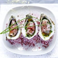 Huîtres snackées au Jambon de Bayonne, sauce vierge de ciboulette à l'huile de truffe Cold Appetizers, Looks Yummy, French Food, Sashimi, Clams, Fish And Seafood, Entrees, Cooking Recipes, Vegetables