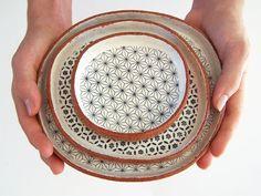 Platos de loza decorados. Es perfecto el hecho de que al ser hechos a mano sean tan distintos.