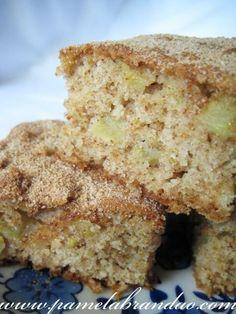Untar e enfarinhar uma fôrma média (23×35), ou forrar com papel manteiga. Reservar. - Receita Sobremesa : Bolo de maçã com casca de Pam B