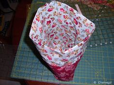 Charo's Patchwork: Tutorial bolsita acolchada. Drawstring Bag Tutorials, Wallet Tutorial, Sewing Patterns, Patches, Pouch, How To Make, Crafts, Bags, Popular