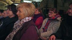 Fräulein Wild erzählt in der Weinkirche in Kassel und das Publikum ist entzückt
