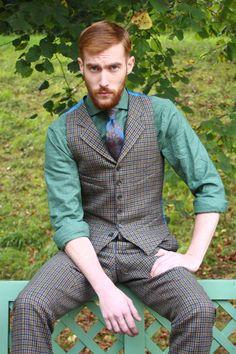 Gilet anglais à revers en tweed à pied de poule Fond beige, brun, vert & bleu (laine vierge)! Chemise flanelle de coton à prince de galles vert! #WicketSoBritish