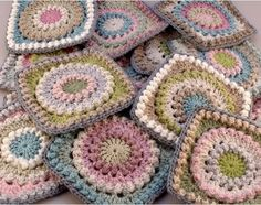 Circle of Friends granny square. Pattern can be found here Blankets Grannies Crochet, Crochet Motifs, Crochet Blocks, Crochet Squares, Love Crochet, Beautiful Crochet, Crochet Flowers, Crochet Stitches, Knit Crochet