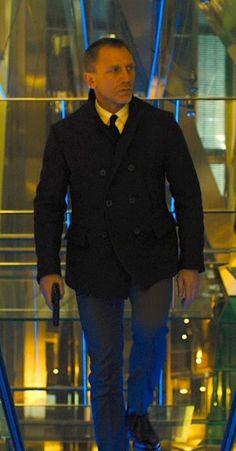 Daniel craig james bond walking with pistol wearing pea coat Estilo James Bond, James Bond Style, Rachel Weisz, James Bond Skyfall, Daniel Craig James Bond, Best Bond, Billy Reid, Gentleman Style, Pea Coat