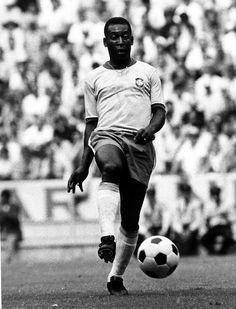 Pelé com a bola Telstar na Copa de 1970, no México (Foto: Divulgação)