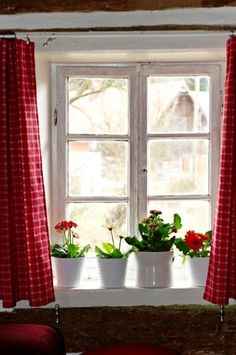 Red geraniums on the window sill. Cottage Windows, White Cottage, Cottage Living, Cottage Style, Country Living, Country Decor, Country Style, Shabby Chic Zimmer, Red Geraniums