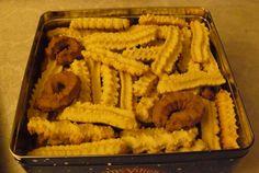 Retete Culinare - Biscuiţi şpriţaţi Greek Desserts, Pastry Cake, Diy Food, Carrots, Waffles, Diy And Crafts, Sweets, Cookies, Vegetables