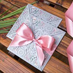 Faire-part mariage dentelle papier - pochette laser cut - Origami Fleurs avec le carton en création sur-mesure Une élégante pochette romantique en forme de fleur.